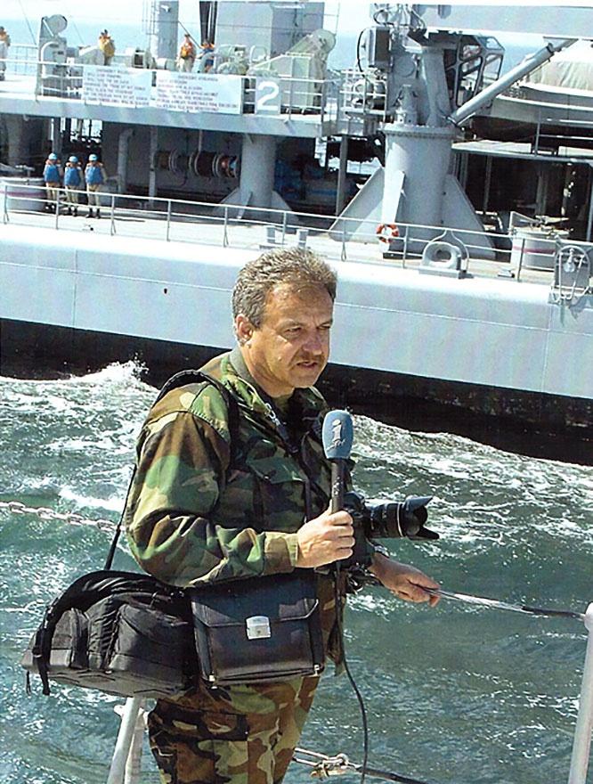 Автор статьи ведёт репортаж с борта десантного корабля ВМС США «Понс» об эпизоде дозаправки турецких истребителей Ф-16 над Одессой в ходе учений «Си бриз-97».
