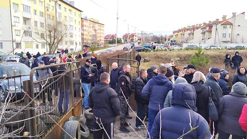Жители протестуют против организации карантинов в украинских регионах.