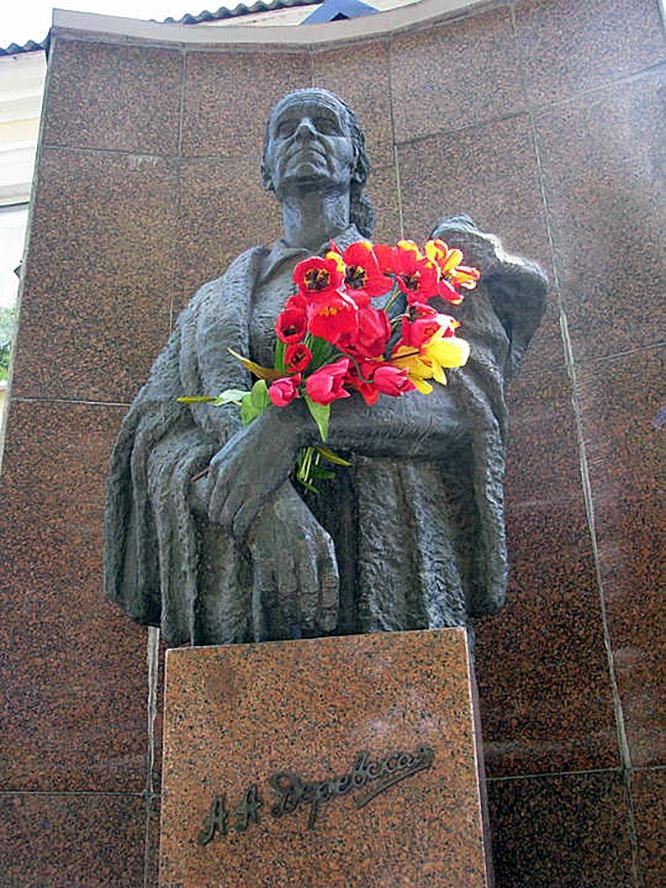 Памятник Александре Авраамовне Деревской - Роменской Мадонне.