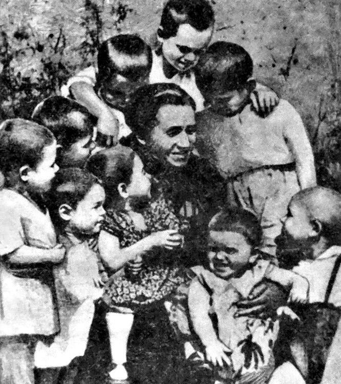 Александра Авраамовна Деревская с детьми
