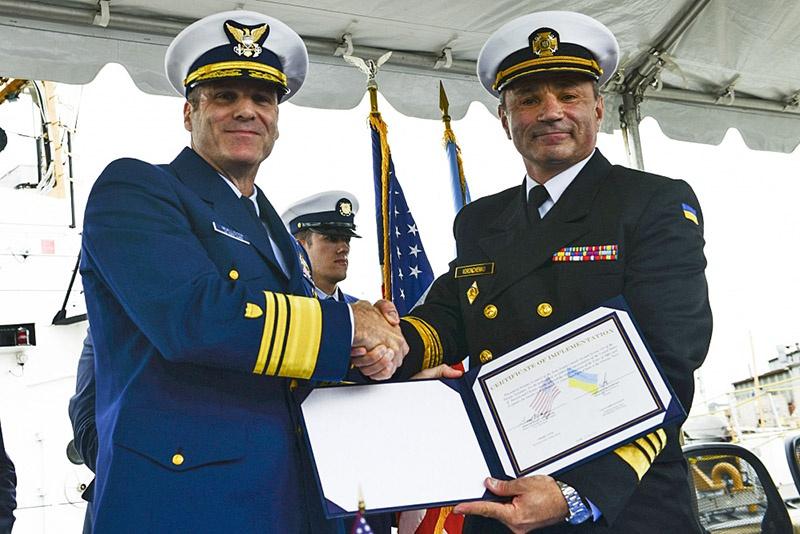 Адмирал Игорь Воронченко договаривается на поставку списанных катеров с американским вице-адмиралом Майклом МакАлистером.