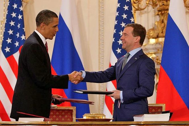 СНВ-3 подписан в 2010 году тогдашними президентами России и США Дмитрием Медведевым и Бараком Обамой.