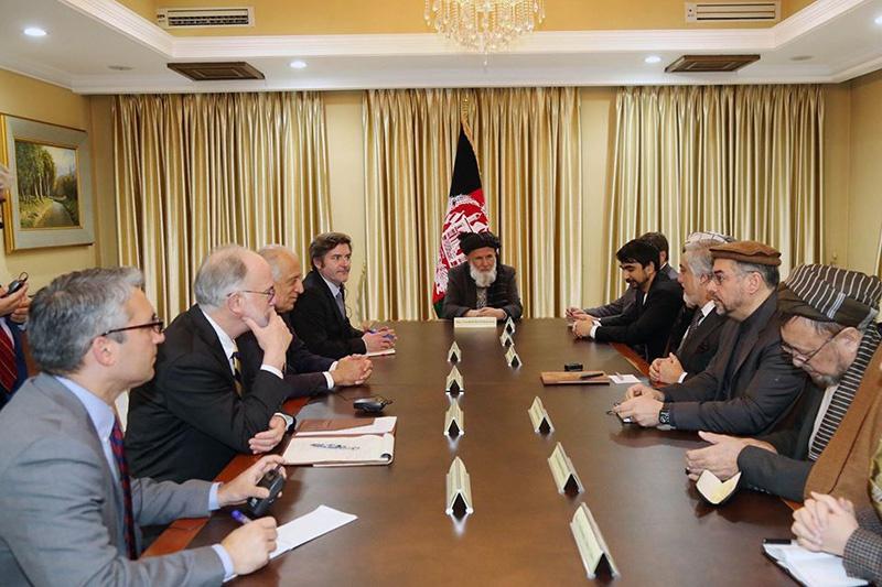 Халилзад, 4 марта нанесший визит в афганскую столицу, вопреки дипломатическому этикету сперва встретился с Абдуллой Абдуллой.