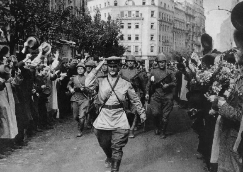 Красная Армия вступает в освобождённый Белград.