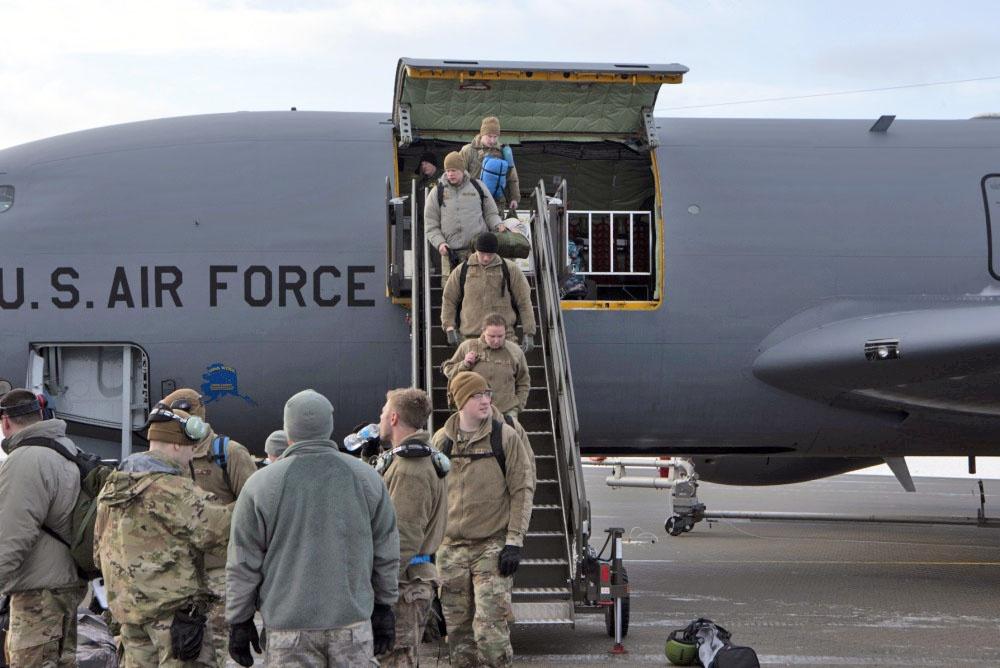 Новый отряд морпехов США прилетел на военную базу в Сетермуэне.