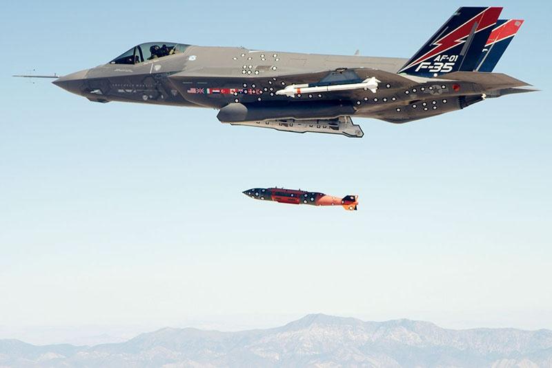 F-35 сбрасывает планирующую авиабомбу JDAM.