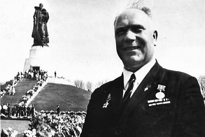 Николай Масалов у монумента Воину-освободителю году в берлинском Трептов-парке.