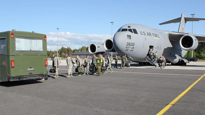 Американские солдаты прилетели на авиабазу в Эмари.