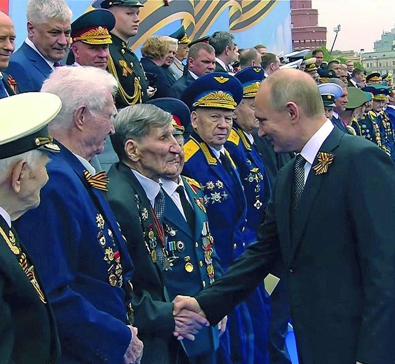 Ветерана регулярно приглашал на Парады 7 ноября на Красной площади президент России.