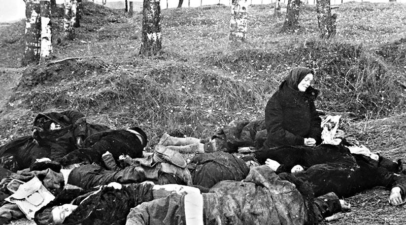 Жительница советского села оплакивает своих родных, расстрелянных немецкими солдатами.