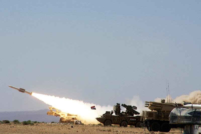 Сирийская артиллерия накрывает террористов в провинции Идлиб.