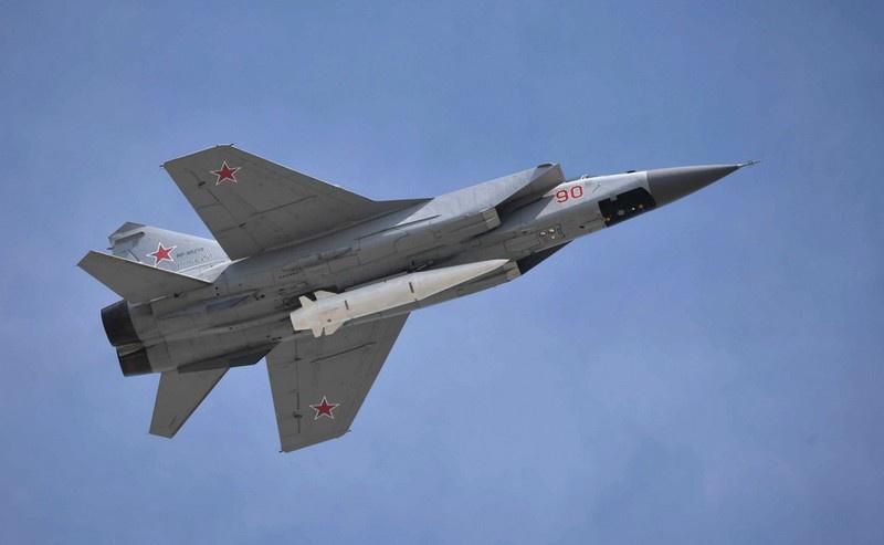 МиГ-31 с гиперзвуковой ракетой «Кинжал», которая может преодолеть все рубежи защиты и нанести существенный ущерб любым военным объектам как США, так и НАТО.