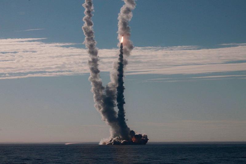 Пуск ракет с подводной лодки.