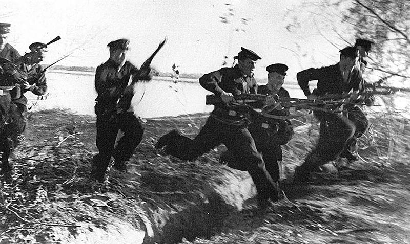 «Я понимала свою обязанность как командира взвода вести ребят в атаку. Поднимаюсь и кричу: «За Родину! За Сталина! В атаку! Вперёд!»