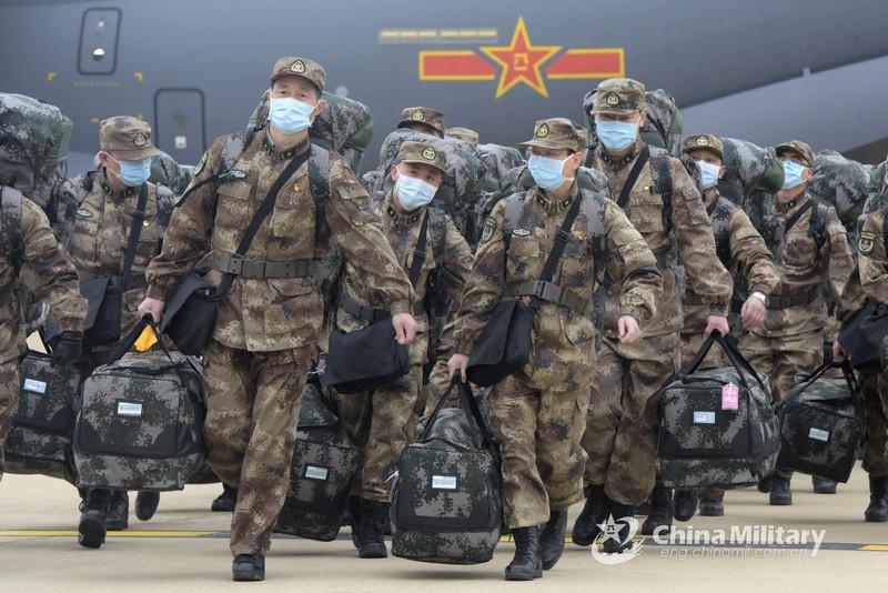 Подразделения Народно-освободительной армии Китая прибывают в Ухань для помощи в борьбе с распространением коронавируса COVID-19.