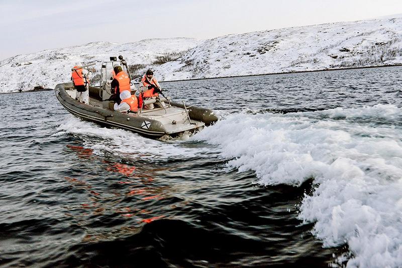 С нашей стороны борьба с диверсантами противника в Арктике возложена на несколько отрядов боевых пловцов.