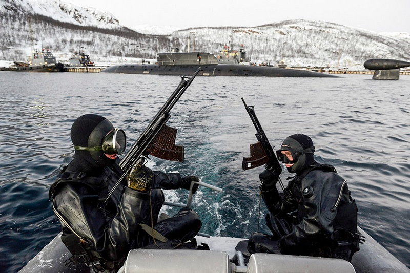 Подводный спецназ имеет на вооружении специальное стрелковое оружие - двухсредные автоматы АПС.