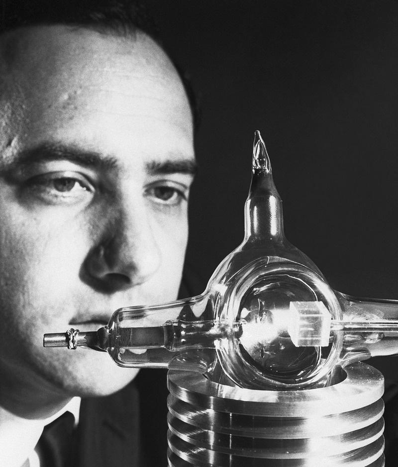 Физик Теодор Мейман со своим лазером.