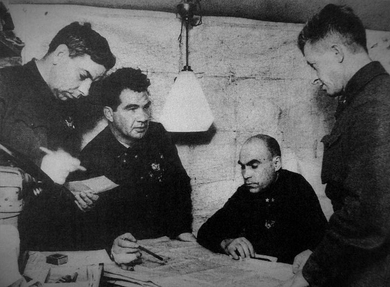 В Сталинграде штаб командарма 62-й армии Василия Чуйкова ( второй слева) находился всего в четырёхстах метрах от передовой.