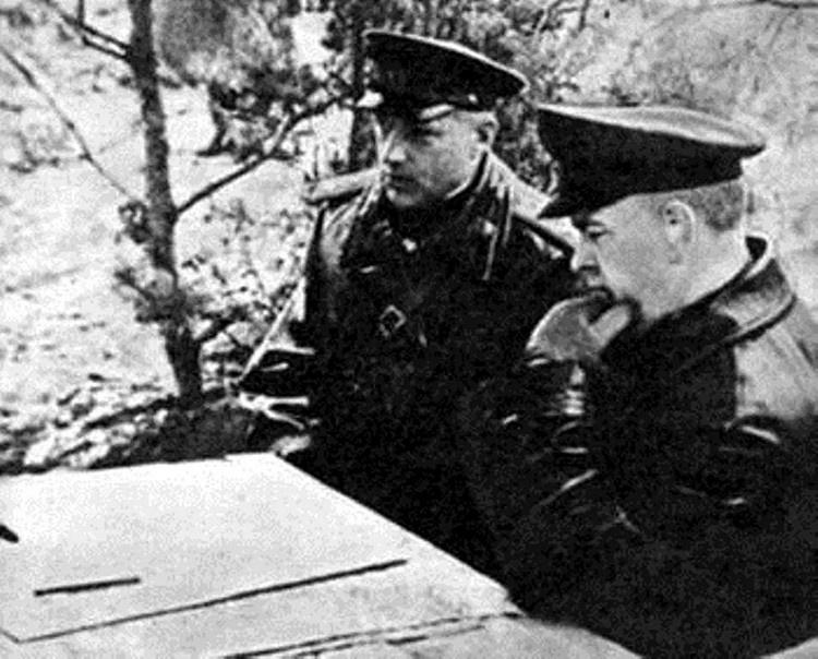 ГеоргийЖуков и Александр Горбатов на наблюдательном пункте.