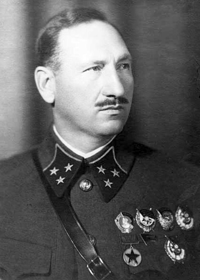 Главнокомандующий 33-й армией генерал-лейтенант Ефремов.
