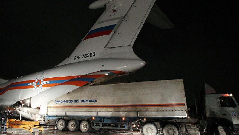 МЧС грузит гуманитарную помощь Японии в 2011 году.
