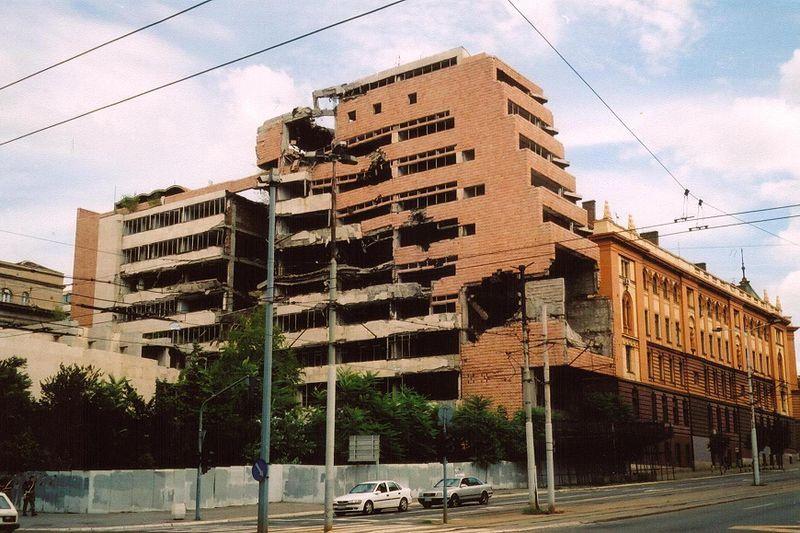 Разбитое здание министерства внутренних дел.