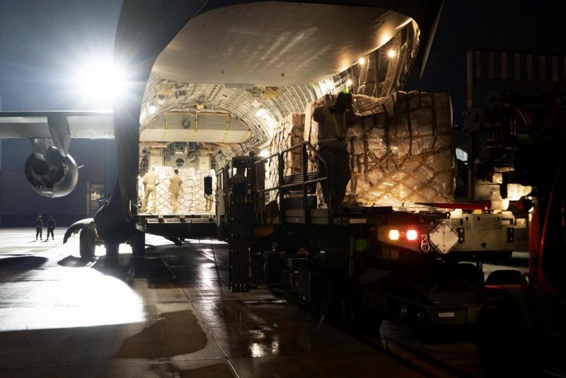 Разгрузка военного транспорта из Брешии в аэропорту Мемфиса.