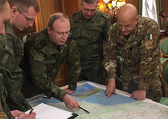 Генерал-майор Сергей Кикоть на совещании с итальянскими коллегами.