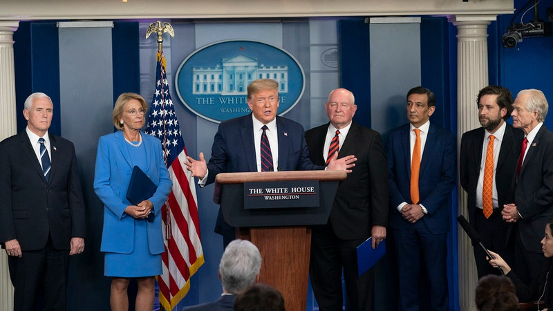 Администрация Дональда Трампа приняла решение выделить по 1.000 долларов каждому жителю страны «на борьбу с коронавирусом». На поддержку бизнеса выделят $300 млрд.
