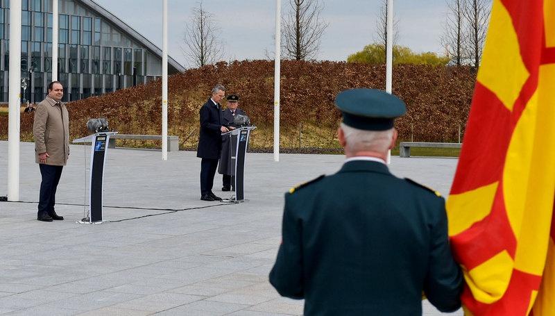 Генсек НАТО Йенс Столтенберг приветствует нового члена альянса.