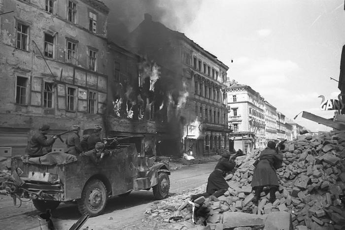 Войска 2-го и 3-го Украинских фронтов 4 апреля 1945 года полностью завершили освобождение Венгрии.