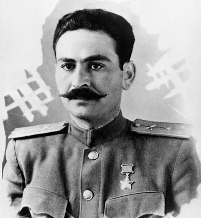 За беспримерную отвагу при штурме Будапешта Звание Героя Советского Союза заслужил старший лейтенант Эдуард Аянян.