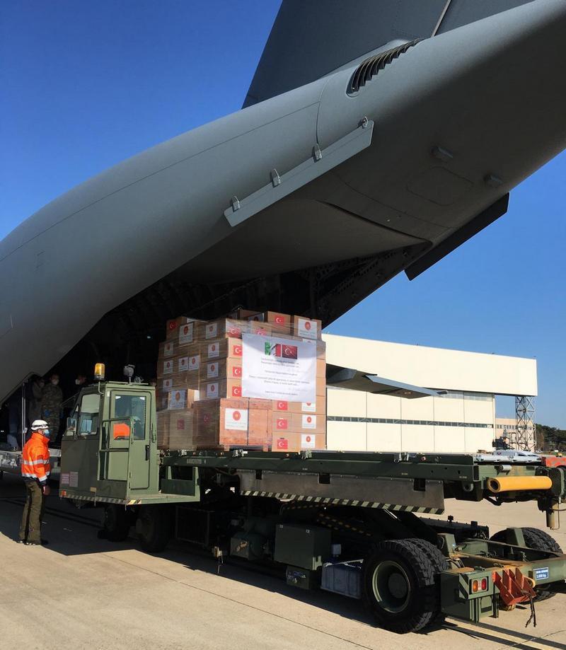 Транспортный самолёт турецкой армии доставил в Италию и Испанию маски, средства защиты и медицинское оборудование.