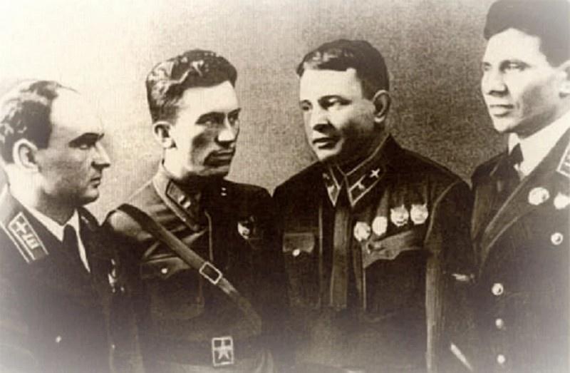 Группа советских лётчиков, участников воздушных боёв в Китае. Слева направо: А.С. Благовещенский, А.Г. Рытов, П.В. Рычагов, Ф.П. Полынин.
