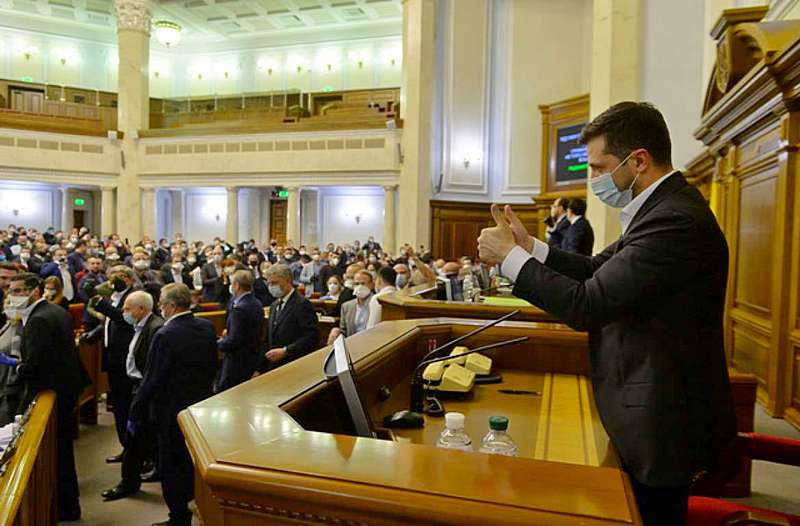 Президент Украины Владимир Зеленский заставил голосовать депутатов на внеочередном заседании.