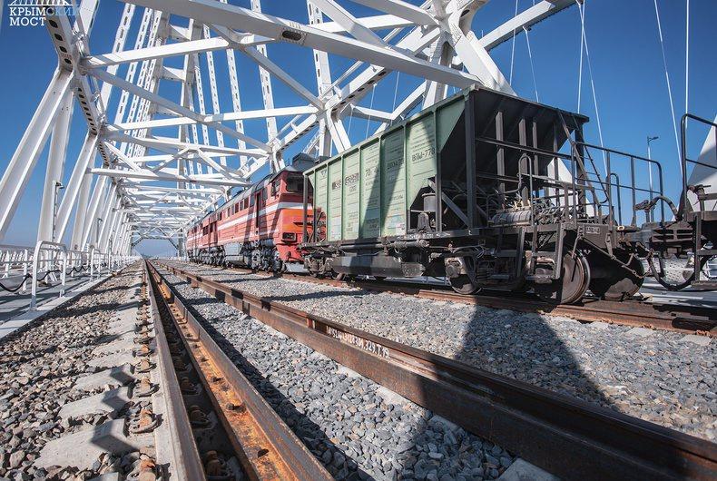 Руководитель украинского представительства АКР Антон Кориневич грозился, что киевские власти обязательно найдут способ отреагировать на запуск поездов по Крымскому мосту.