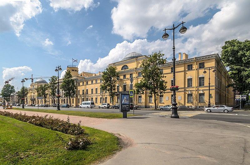 Военно-морской институт располагается в историческом здании на Васильевском острове.