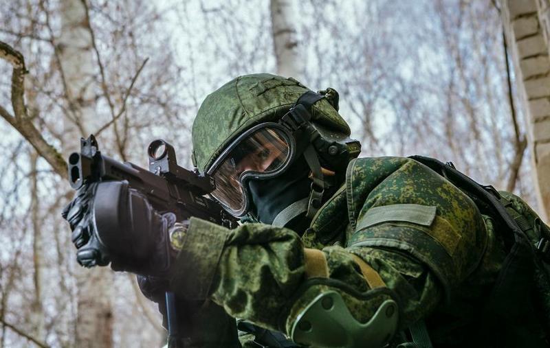 К СР-2МП был добавлен специальный плечевой упор для удобной стрельбы в полицейском противопульном шлеме.