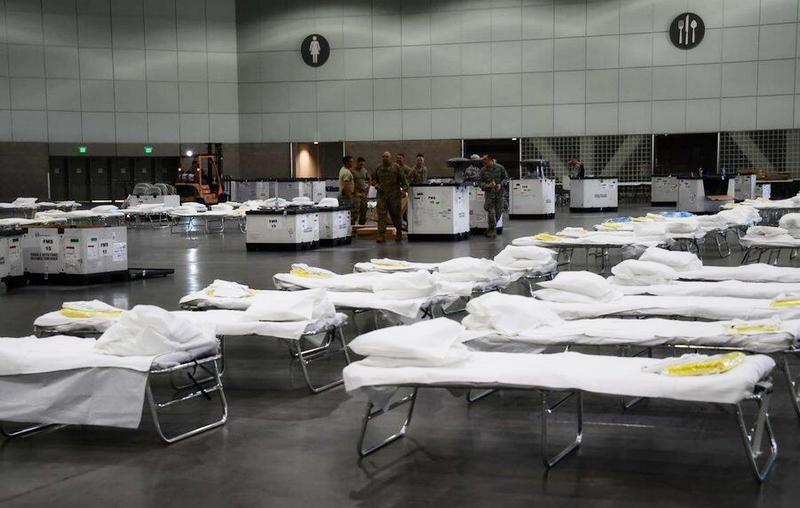 Военные медики работают в конференц-центре «Джекоб Джавитс» на Манхэттене (переоборудованном в военный госпиталь на 2,5 тыс. коек).