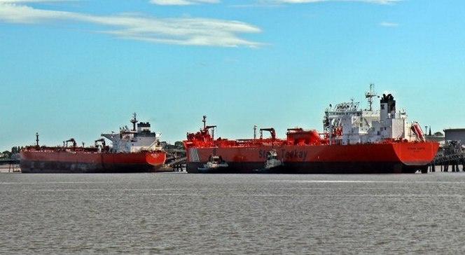 Забитые нефтью танкеры нужно ещё кому-то сбыть.