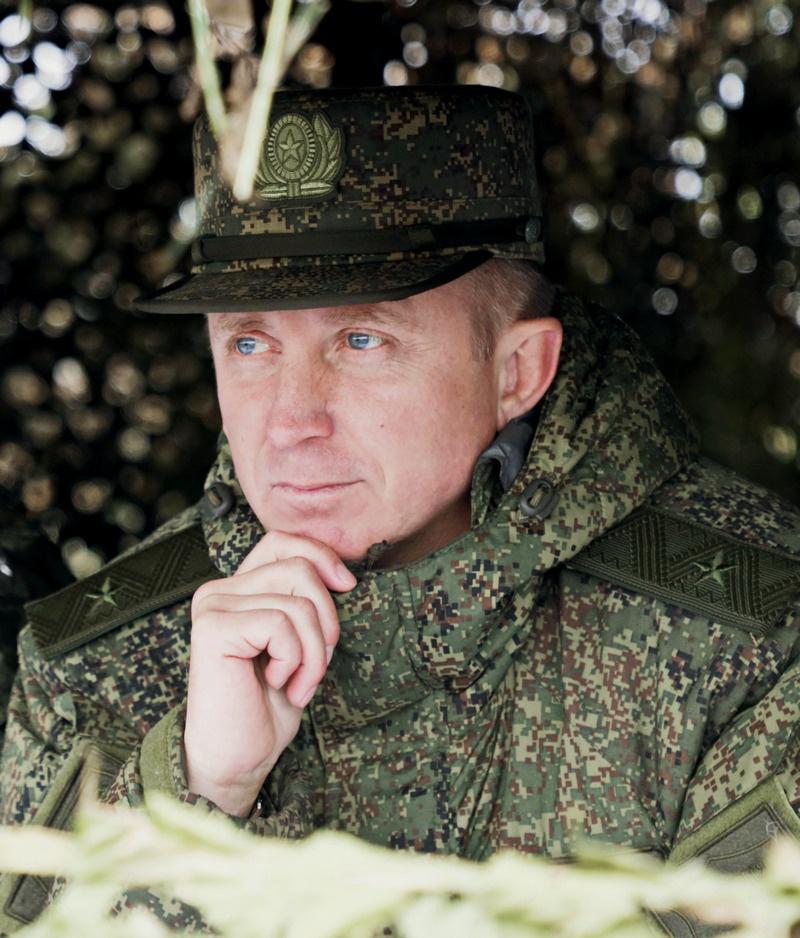 Командующий армией генерал-майор Яков Резанцев на командном пункте.