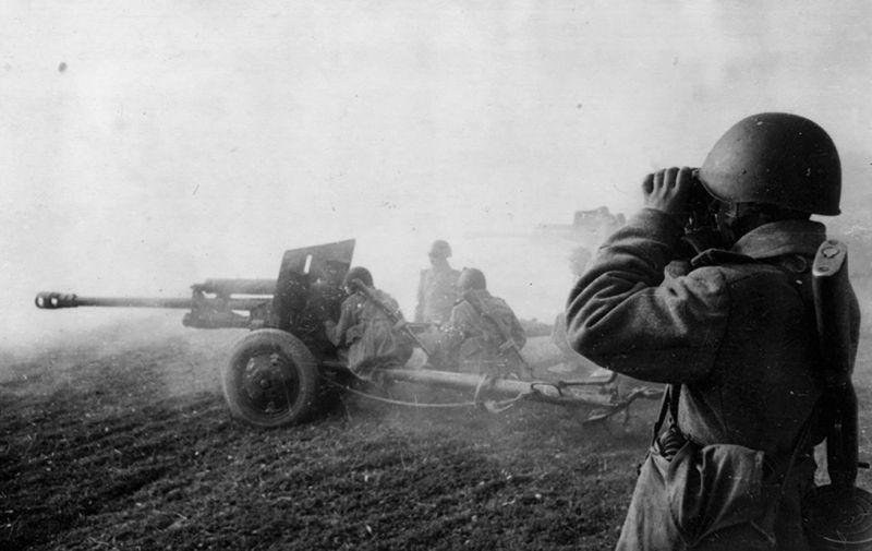 Батарея 76-мм полковых пушек.