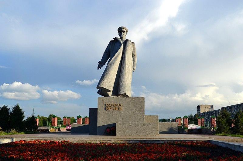 Памятник из Кракова стоит в Центре Кирова, на малой родине маршала.