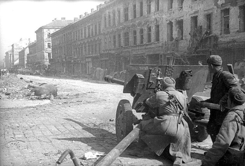 Советские солдаты 1-го Украинского фронта под командованием маршала И.С. Конева ведут бой в Праге.