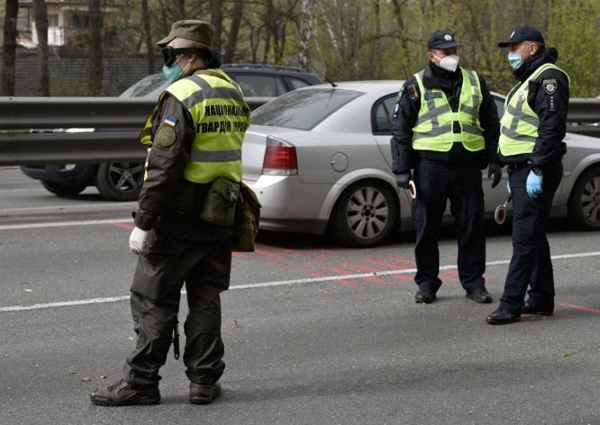 Сотрудники полиции на блокпосту на въезде в Киев.