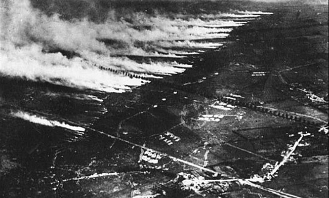 22 апреля 1915 немецкая армия распылила 168 тонн хлора против войск Антанты в районе бельгийского города Ипр.