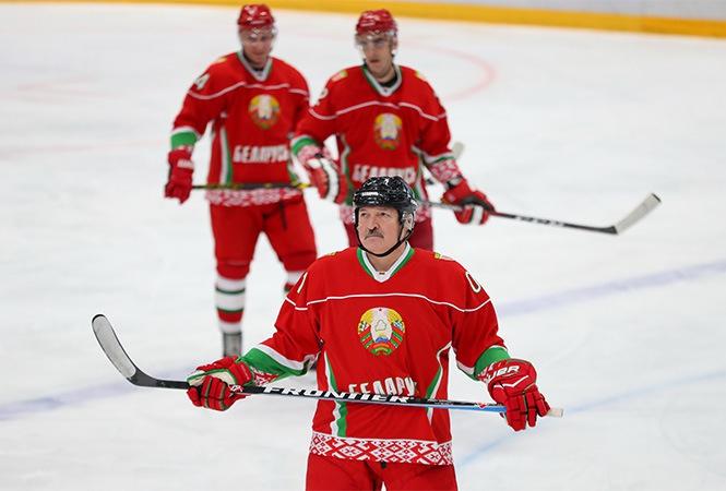 Лукашенко не хочет паники в стране и продолжает хоккейные утехи.