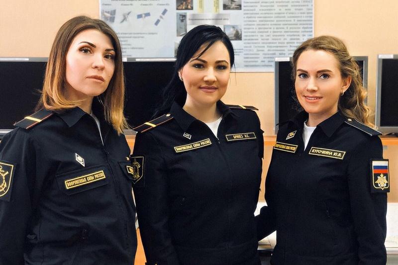 Командир катера Анна Брикез, рулевой-сигнальщик Юлия Курочкина и моторист Ольга Чулкова.