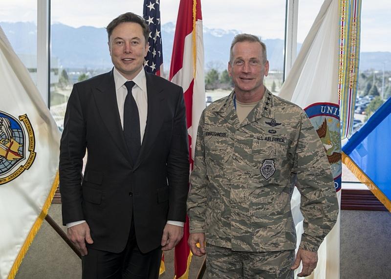 Скажи кто твой друг... Илон Маск и глава Североамериканского командования по аэрокосмической обороне генерал ВВС США Терренс Дж. О'Шонесси.